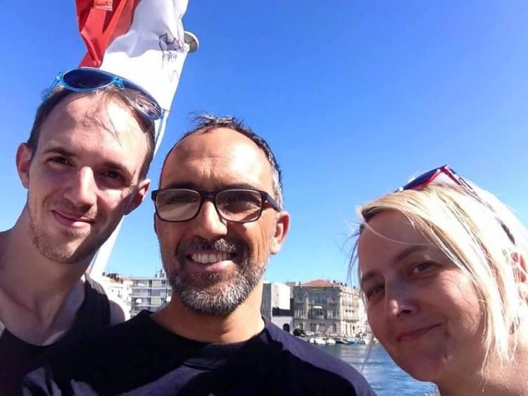 Mal-voluntiera David u Béatrice, u l-bandiera Maltija tperper f'Sète